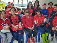 Giliran Dharma Wanita Angkat Eceng Gondok di Danau Tondano